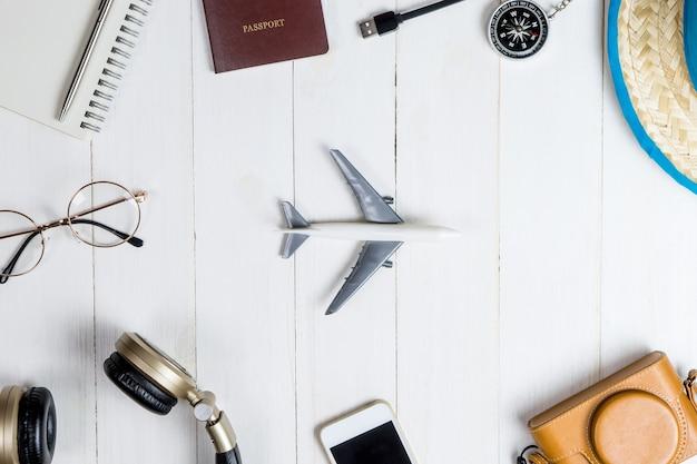 Akcesoria podróżne i gadżet na drewnie z zabawkowym samolotem