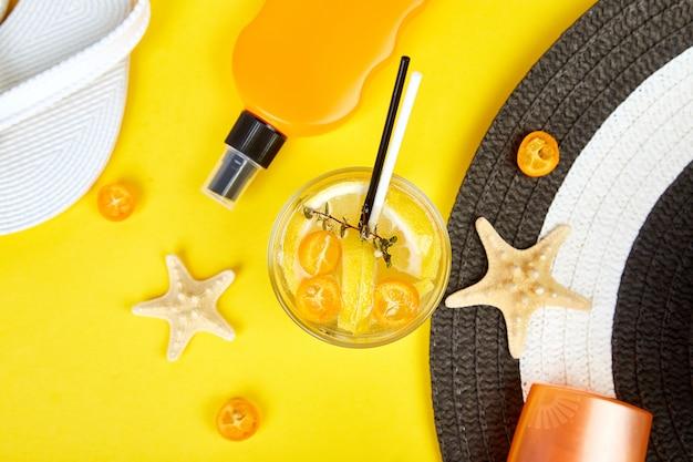 Akcesoria podróżne lub urlopowe i napoje gazowane na żółto