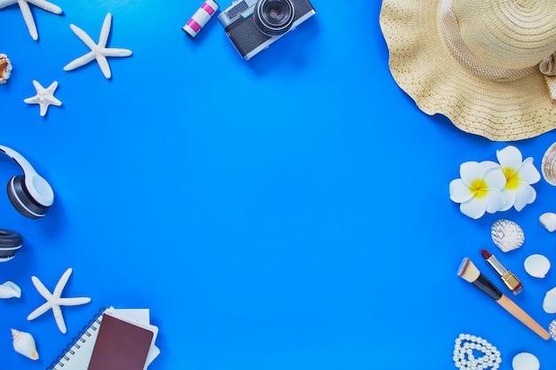 Akcesoria podróżnik plaża lato na niebieskim tle