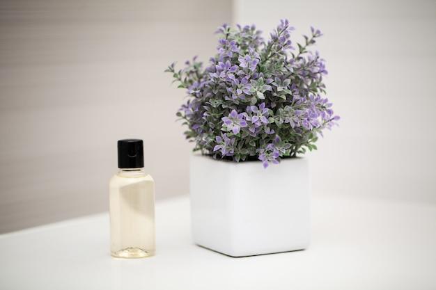 Akcesoria prysznicowe. skład produktów kosmetycznych z leczenia uzdrowiskowego.