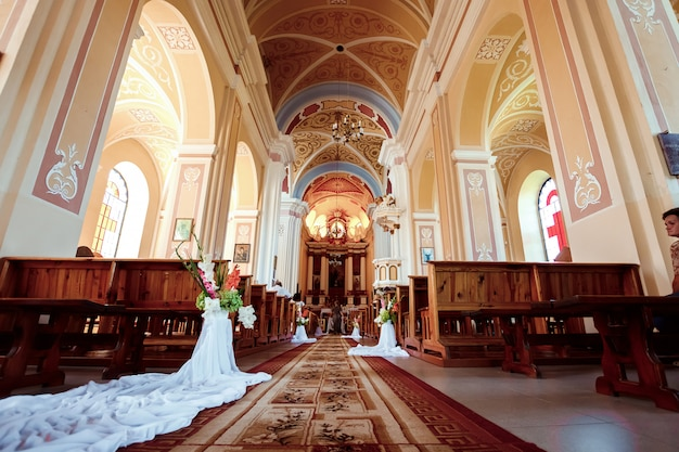 Akcesoria ślubne i wnętrze w klasztorze prawosławnym świętej trójcy