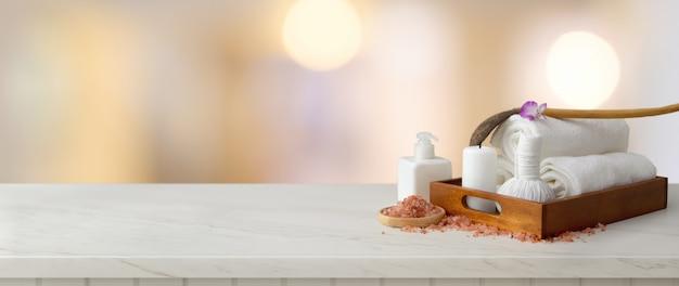 Akcesoria spa z białym ręcznikiem i świecą w drewnianej tacy z solą spa, aromatycznym olejem