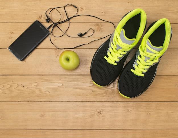 Akcesoria sportowe do fitnessu na drewnianej podłodze.