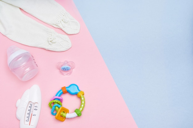 Akcesoria sweet baby na różowym i niebieskim tle. leżał płasko. widok z góry kopiuj przestrzeń.