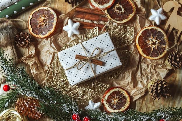 Akcesoria świąteczne i prezent na nowy rok na podłoże drewniane