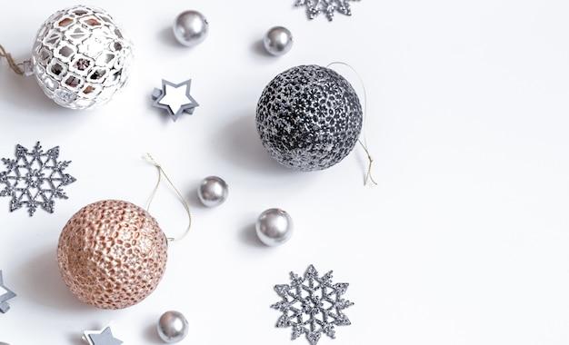 Akcesoria świąteczne lub noworoczne na widoku izometrycznym białej ściany. święta, prezenty, ściana, miejsce na tekst, flatlay