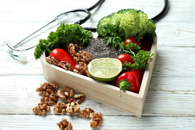 Akcesoria zdrowego stylu życia na białym drewnianym stole