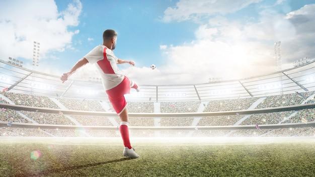 Akcja piłki nożnej. zawodowy piłkarz kopie piłkę.