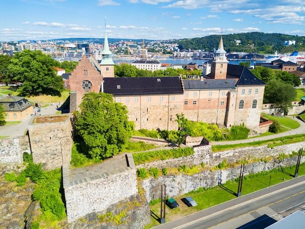 Akershus festning to średniowieczna forteca, która została zbudowana w celu ochrony oslo.