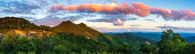 Akha wieś w górach północnego laosu zachód słońca dramatyczne niebo