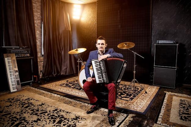Akordeonista w studiu nagrań