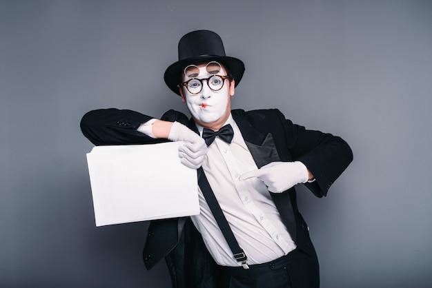 Aktor mim mężczyzna z pustym arkuszem papieru