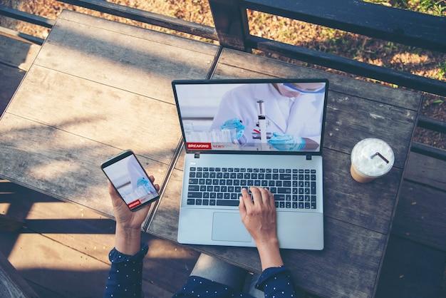 Aktualizacja wiadomości o koronawirusie dla kobiety z kryzysem pandemicznym covid19 sprawdza wiadomości na laptopie