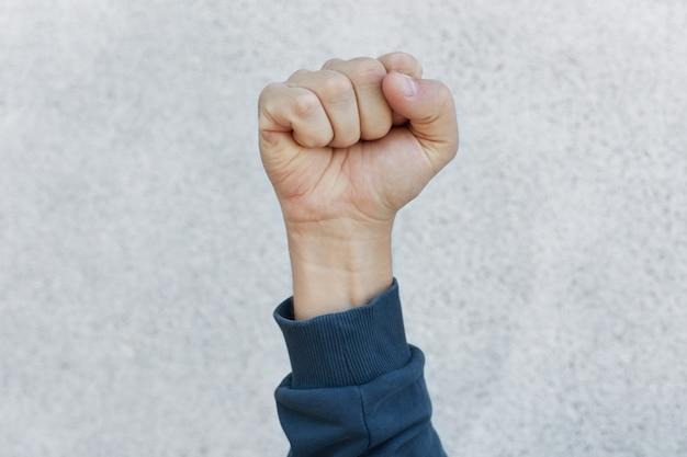 Aktywista zaciska pięść podczas strajku
