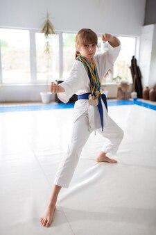Aktywna dziewczyna sprawny sobie medale, pokazując jej pięści