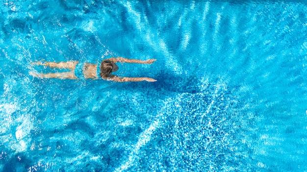 Aktywna dziewczyna w pływackiego basenu trutnia powietrznym widoku od above, młoda kobieta pływa w błękitne wody, tropikalny wakacje, wakacje na kurortu pojęciu