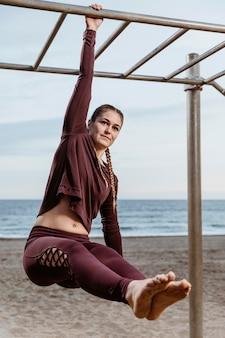 Aktywna kobieta ćwiczeń na zewnątrz przy plaży