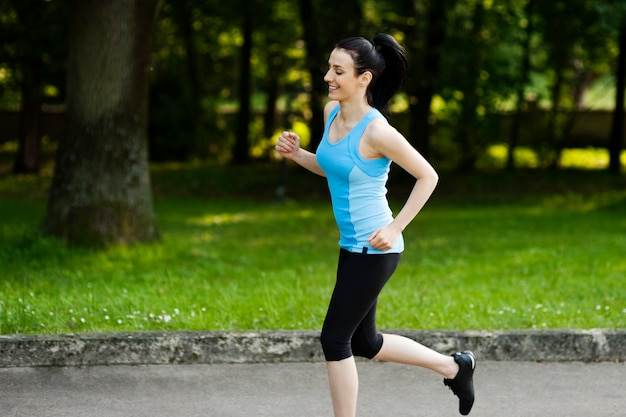 Aktywna kobieta joggingu
