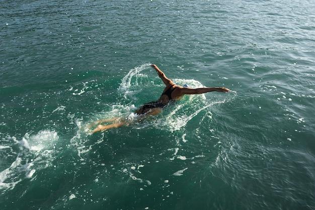 Aktywna młoda dama cieszy się pływaniem