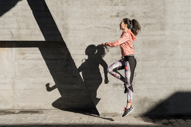Aktywna młoda kobieta gotowa do szkolenia