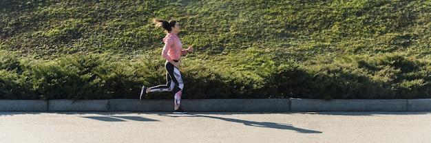Aktywna młoda kobieta jogging plenerowy