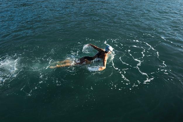 Aktywna młoda kobieta korzystających z pływania