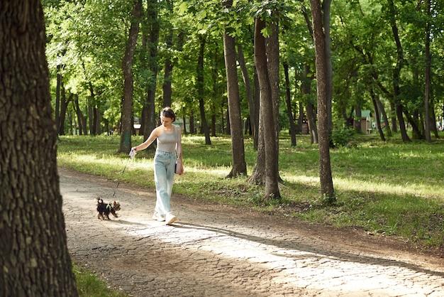 Aktywna młoda kobieta z psem na spacer w przyrodzie lato