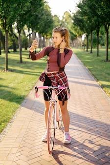 Aktywna sport kobieta z bicyklem