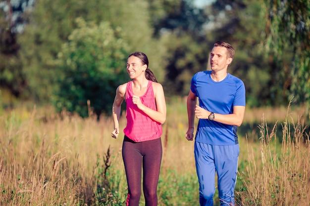 Aktywna sportive para biega w parku. zdrowie i fitness.