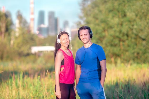 Aktywna sportive para biega w parku.