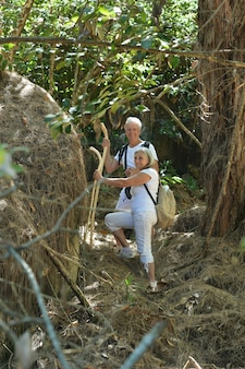 Aktywna starsza para spacerująca po lesie