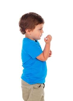 Aktywne małe dziecko z niebieską koszulką