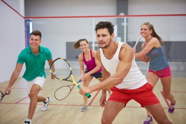 Aktywni młodzi ludzie grający w squasha