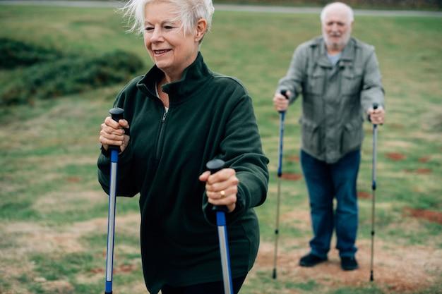 Aktywni seniorzy z kijami trekkingowymi