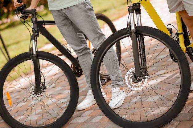 Aktywni sportowcy jeżdżący na rowerze rano
