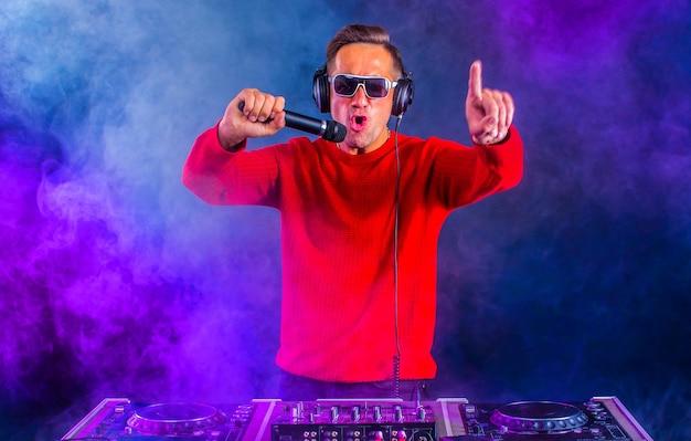 Aktywny dj z mikrofonem w klubie nocnym