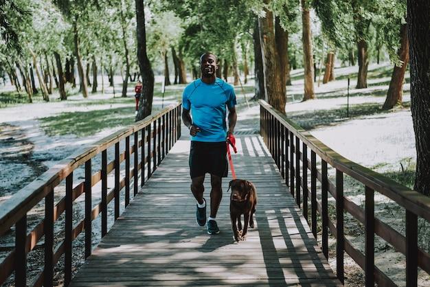Aktywny i zdrowy. atrakcyjny jogger w odzieży sportowej.