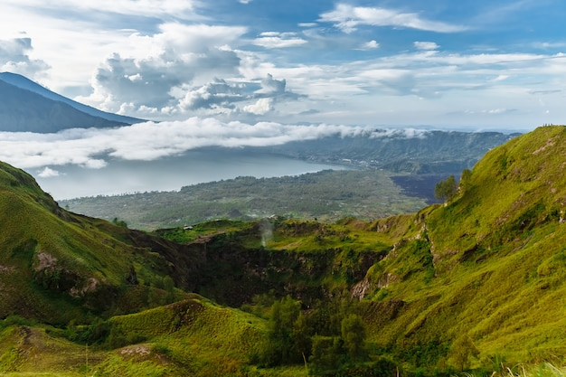 Aktywny indonezyjski wulkan batur na tropikalnej wyspie bali. indonezja. spokój wschodu wulkanu batur. jutrzenkowy niebo przy rankiem w górze. spokój górskiego krajobrazu, koncepcja podróży