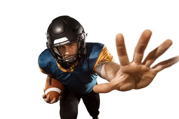 Aktywny jeden gracz futbolu amerykańskiego na białym tle. dopasuj kaukaski mężczyzna w mundurze przeskakując tło studio w skoku lub ruchu. koncepcja ludzkich emocji i wyrazu twarzy