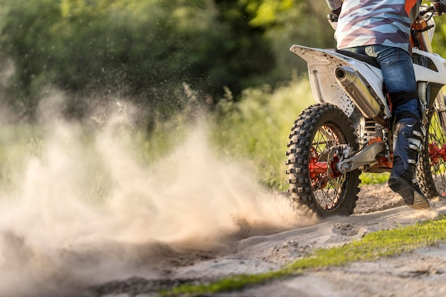 Aktywny mężczyzna cieszy się motocykl przejażdżką w naturze