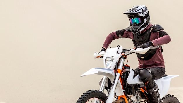 Aktywny mężczyzna jedzie motocykl na zewnątrz