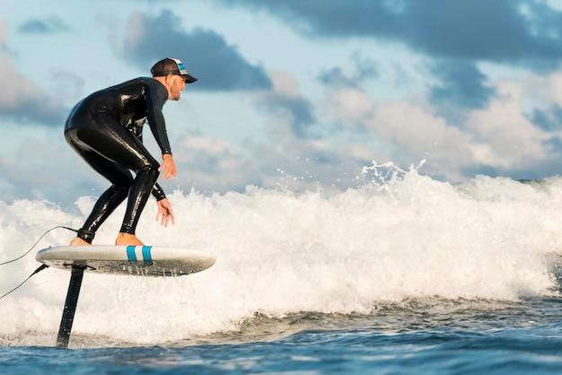 Aktywny mężczyzna w specjalnym sprzęcie surfujący na hawajach