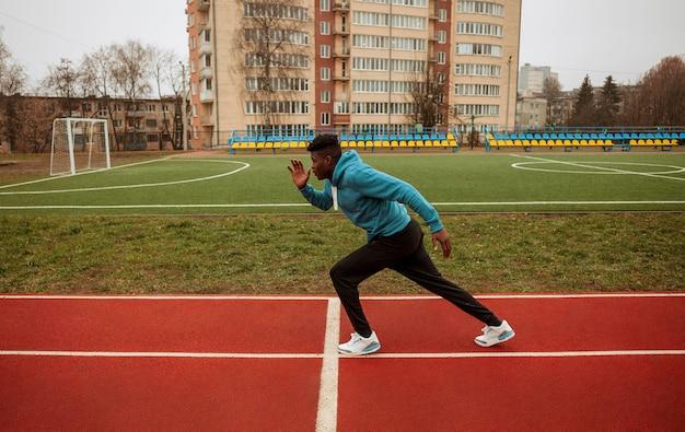 Aktywny nastolatek jogging na świeżym powietrzu