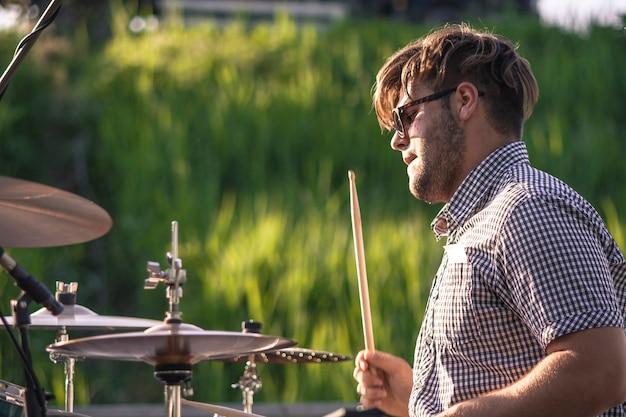 Aktywny perkusista podczas koncertu plenerowego na żywo