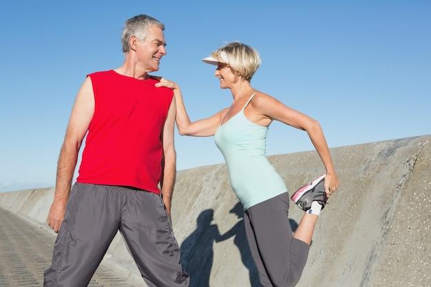 Aktywny senior para rozciągania przed jog