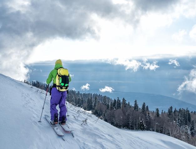 Aktywny sportowiec ski touring na splitboard i wspinaczka na szczyt