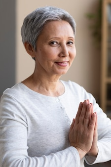 Aktywny starszy kobieta szkolenia w domu
