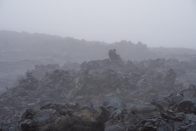 Aktywny strumień lawy z nowego krateru na zboczach wulkanów tolbachik - kamczatka, rosja
