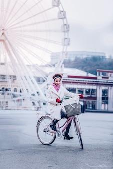 Aktywny styl życia. atrakcyjna dziewczyna siedzi na rowerze i podziwiając widoki na miasto