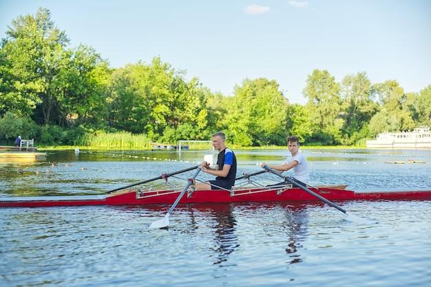 Aktywny, zdrowy tryb życia nastolatków. chłopcy 15, 16 lat pływający w kajakach sportowych